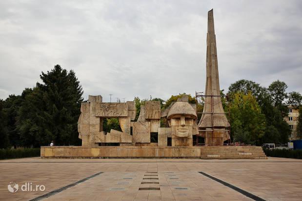 monumentul-eroilor-din-orasul-carei.jpg