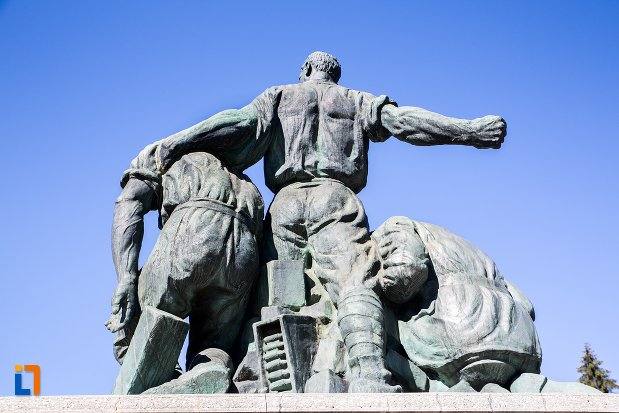 monumentul-eroilor-din-predeal-judetul-brasov-vazut-din-spate.jpg