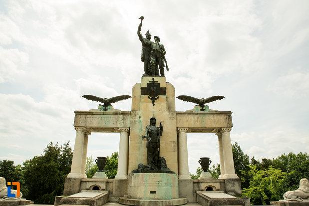 monumentul-eroilor-din-primul-razboi-mondial-din-drobeta-turnu-severin-judetul-mehedinti-fotografiat-din-fata.jpg