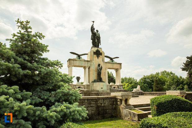 monumentul-eroilor-din-primul-razboi-mondial-din-drobeta-turnu-severin-judetul-mehedinti-vazut-din-lateral-fata.jpg