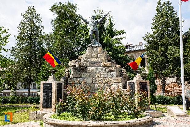 monumentul-eroilor-din-pucioasa-judetul-dambovita.jpg