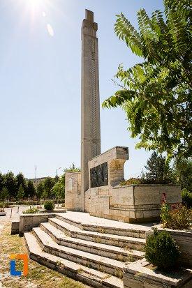 monumentul-eroilor-din-razboiul-pentru-independenta-din-flamanzi-judetul-botosani-vazut-din-lateral.jpg