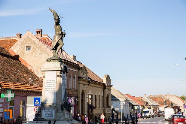 monumentul-eroilor-din-sacele-judetul-brasov-vazut-din-lateral.jpg