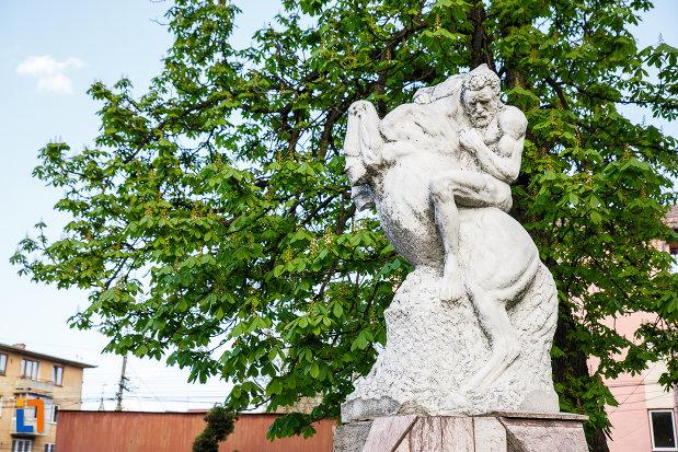monumentul-eroilor-din-sebes-judetul-alba-vazut-din-lateral.jpg