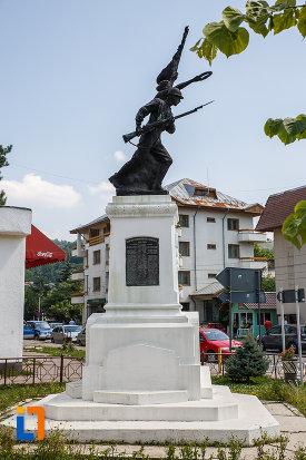 monumentul-eroilor-din-slanic-judetul-prahova-vazut-din-lateral.jpg