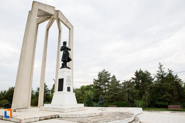 monumentul-eroilor-din-slobozia-judetul-ialomita-fotografiat-din-lateral.jpg