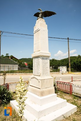monumentul-eroilor-din-stefanesti-judetul-arges-vazut-din-lateral.jpg