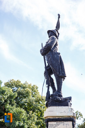 monumentul-eroilor-din-urlati-judetul-prahova-vazut-din-lateral.jpg