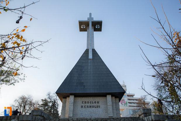 monumentul-eroilor-neamului-din-cluj-napoca-judetul-cluj.jpg