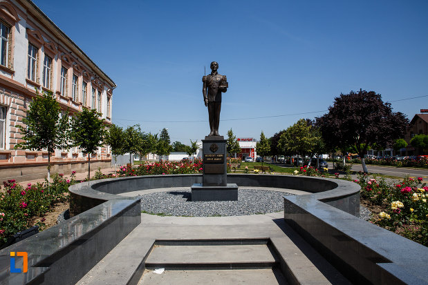 monumentul-eroilor-neamului-din-sannicolau-mare-judetul-timis-amplasat-intr-o-zona-centrala.jpg