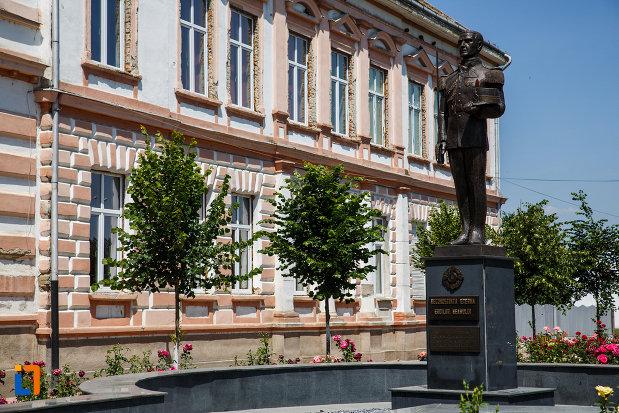 monumentul-eroilor-neamului-din-sannicolau-mare-judetul-timis-vazut-din-lateral.jpg