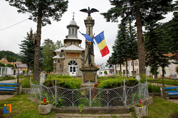 monumentul-eroilor-razboiului-de-independenta-din-azuga-judetul-prahova-inconjurat-de-gardulet-si-plante-ornamentale.jpg