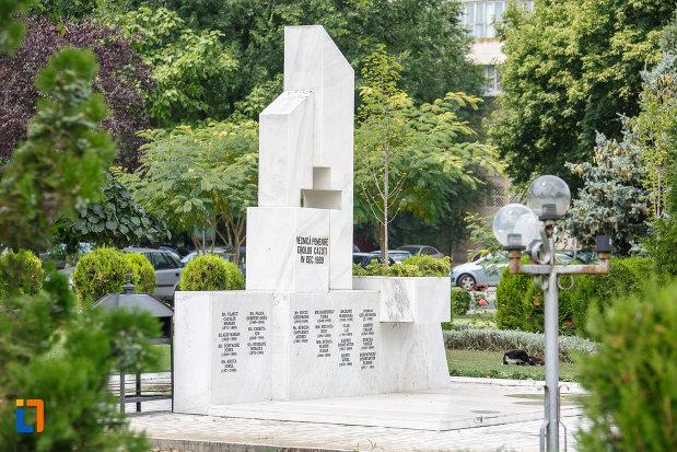 monumentul-eroilor-revolutiei-din-dec-1989-din-alexandria-judetul-teleorman-vazut-din-lateral.jpg