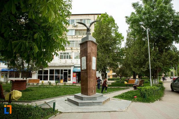 monumentul-eroilor-revolutiei-din-decembrie-1989-din-draganesti-olt-judetul-olt.jpg