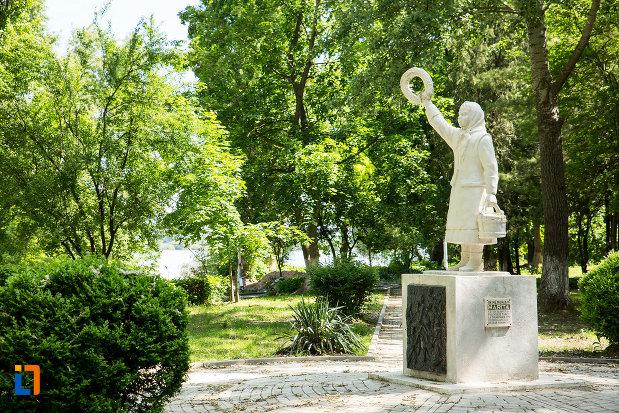 monumentul-fetitei-erou-marita-din-calafat-judetul-dolj.jpg