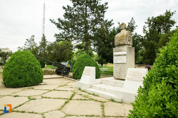 monumentul-generalului-eremia-grigorescu-din-targu-bujor-judetul-galati-vazut-din-lateral.jpg