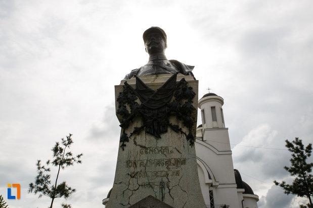 monumentul-generalului-ion-dragalina-din-lugoj-judetul-timis-vazut-din-fata.jpg