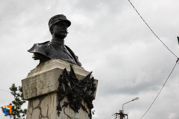 monumentul-generalului-ion-dragalina-din-lugoj-judetul-timis-vazut-din-lateral.jpg
