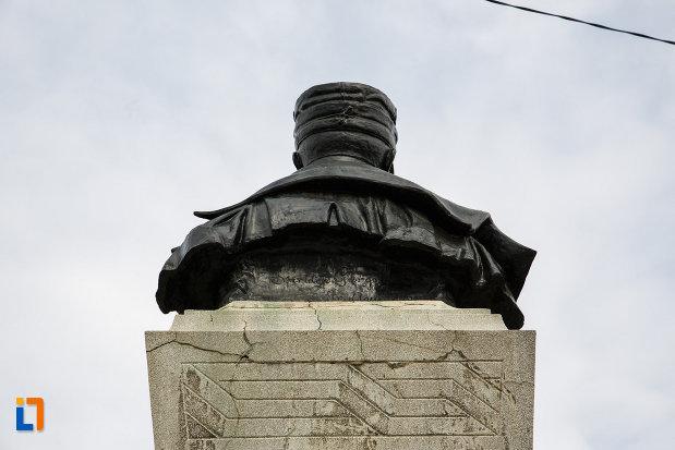 monumentul-generalului-ion-dragalina-din-lugoj-judetul-timis-vazut-din-spate.jpg