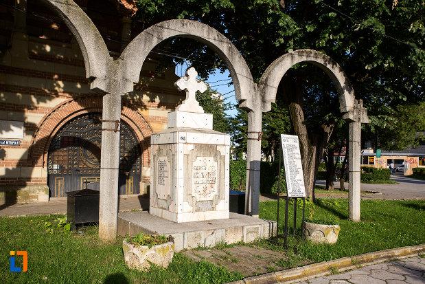 monumentul-inchinat-eroilor-din-targoviste-judetul-dambovita.jpg