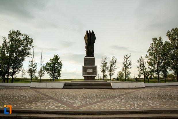 monumentul-independentei-de-langa-corabia-judetul-olt-vazut-din-fata.jpg
