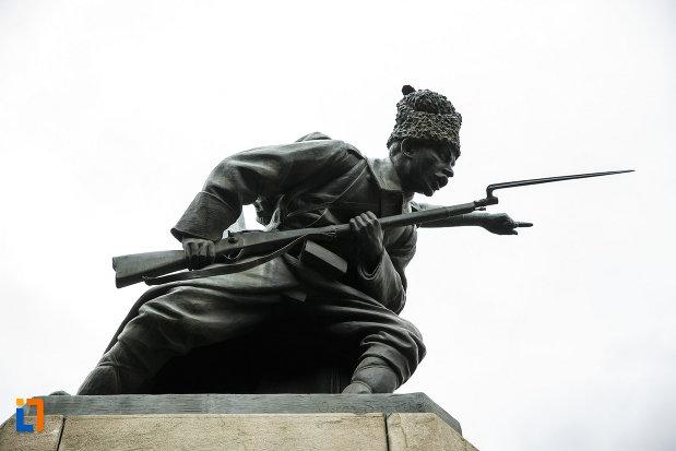 monumentul-independentei-din-focsani-judetul-vrancea-soldat-in-pozitie-de-atac.jpg