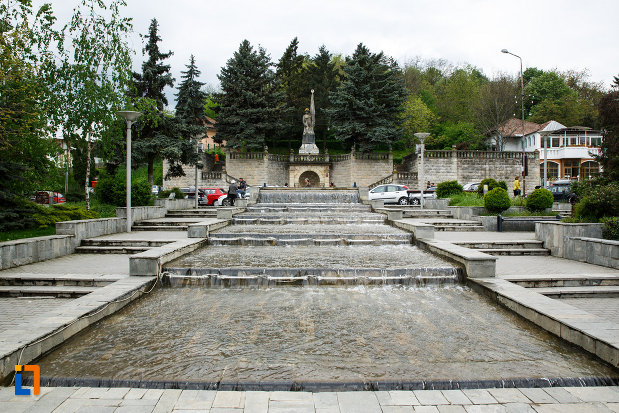 monumentul-independentei-din-ramnicu-valcea-judetul-valcea-imagine-cu-fantana-arteziana-situata-in-fata-lui.jpg
