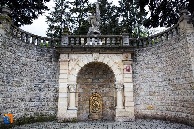 monumentul-independentei-din-ramnicu-valcea-judetul-valcea-imagine-cu-partea-de-jos.jpg