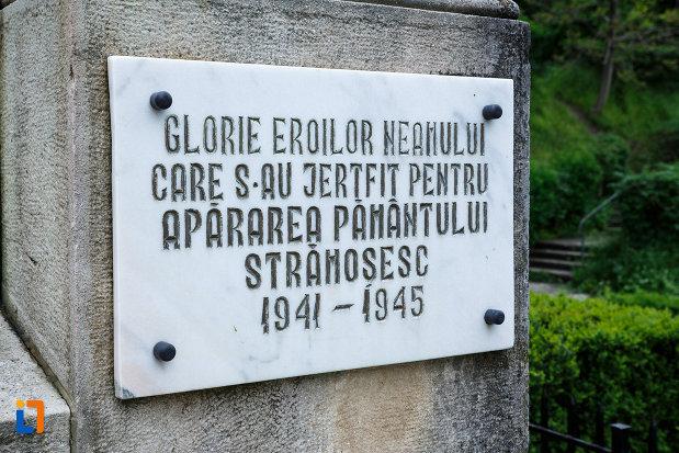 monumentul-independentei-din-ramnicu-valcea-judetul-valcea-imagine-cu-placuta-din-dreapta.jpg