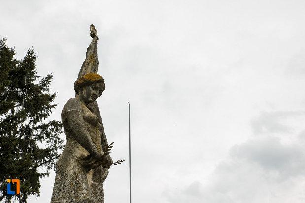 monumentul-independentei-din-ramnicu-valcea-judetul-valcea-imagine-din-lateral-cu-statuia-monumentului.jpg