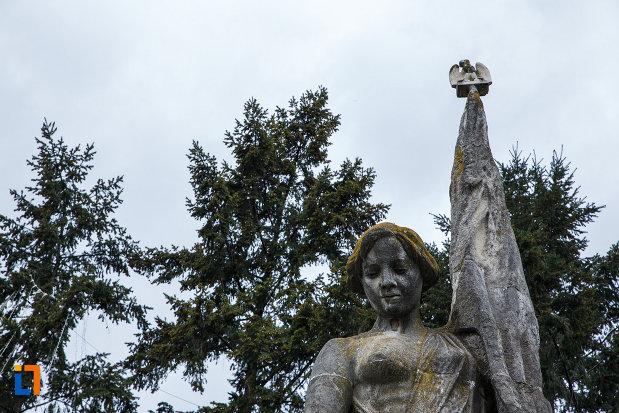 monumentul-independentei-din-ramnicu-valcea-judetul-valcea-prim-plan-cu-statuia-libertatii.jpg