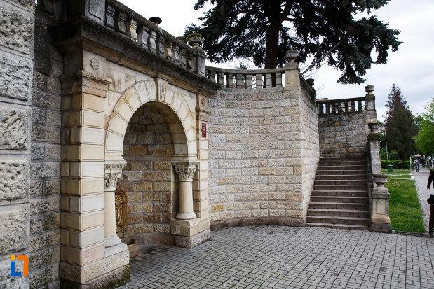 monumentul-independentei-din-ramnicu-valcea-judetul-valcea-scara-de-acces-la-statuie.jpg