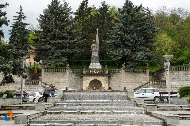 monumentul-independentei-din-ramnicu-valcea-judetul-valcea-vazut-de-la-distanta.jpg