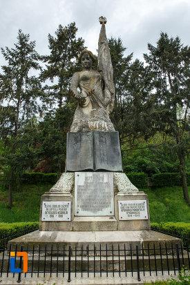 monumentul-independentei-din-ramnicu-valcea-judetul-valcea-vazut-din-fata.jpg