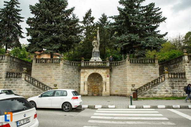 monumentul-independentei-din-ramnicu-valcea-judetul-valcea.jpg