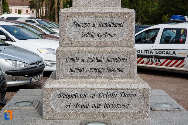 monumentul-lui-acatiu-barcsay-akos-din-deva-judetul-hunedoara-inscriptiile-de-la-baza.jpg