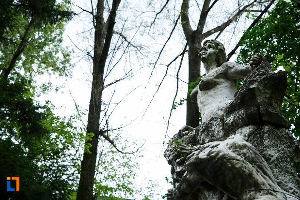 monumentul-lui-barbu-stirbei-din-ramnicu-valcea-judetul-valcea-vazut-de-jos.jpg