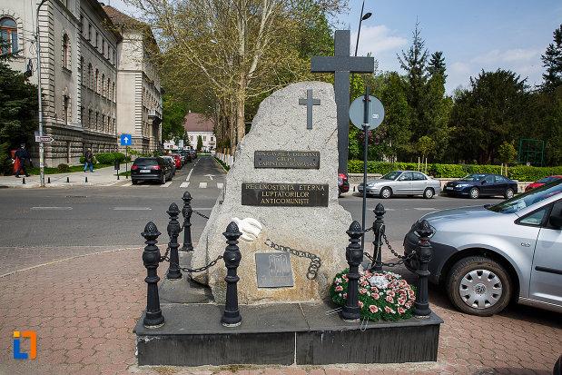 monumentul-luptatorilor-anticomunisti-din-deva-judetul-hunedoara-vazut-din-spate.jpg