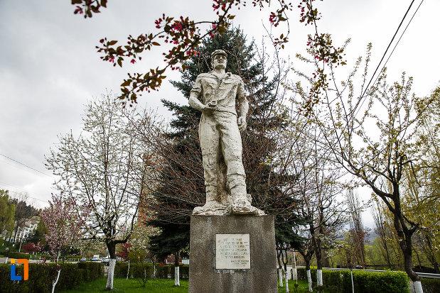 monumentul-minerilor-din-lupeni-judetul-hunedoara-vazut-din-fata.jpg