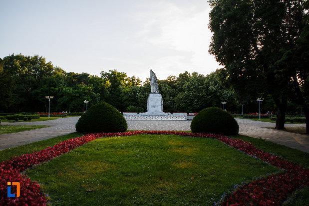 monumentul-ostasului-necunoscut-din-timisoara-judetul-timis-poza-de-la-distanta.jpg