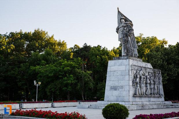 monumentul-ostasului-necunoscut-din-timisoara-judetul-timis-vazut-dintr-o-parte.jpg