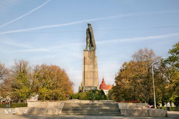 monumentul-ostasului-roman-din-oradea-judetul-bihor-vazut-din-lateral.jpg