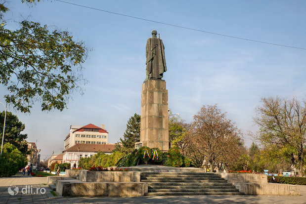 monumentul-ostasului-roman-din-oradea-judetul-bihor-vazut-din-spate.jpg