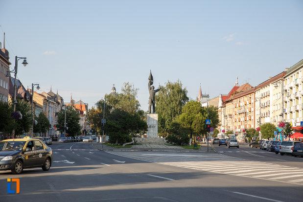 monumentul-ostasului-roman-din-targu-mures-judetul-mures-din-piata-trandafirilor.jpg