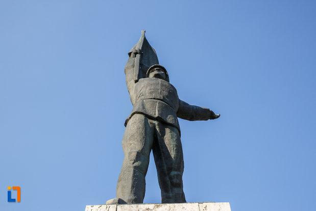 monumentul-ostasului-roman-din-targu-mures-judetul-mures-vazut-de-jos.jpg