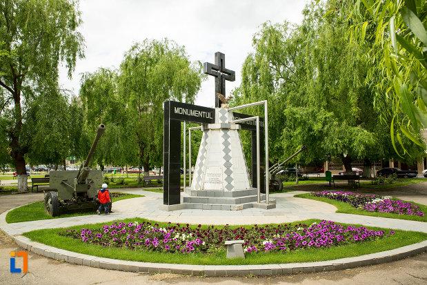 monumentul-recunostintei-din-caracal-judetul-olt-vazut-din-lateral.jpg