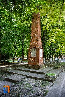 monumentul-revolutiei-de-la-1848-din-jimbolia-judetul-timis-vazut-din-lateral.jpg