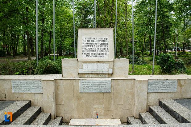 monumentul-revolutiei-de-la-1848-din-ramnicu-valcea-judetul-valcea-fotografiat-din-fata.jpg