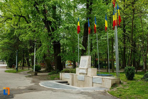 monumentul-revolutiei-de-la-1848-din-ramnicu-valcea-judetul-valcea-vazut-din-lateral.jpg