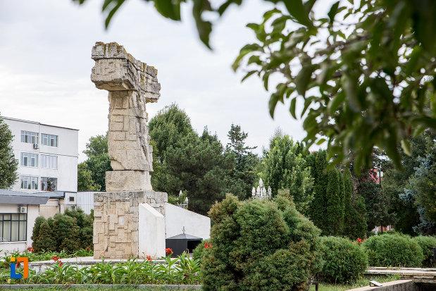 monumentul-revolutiei-din-decembrie-1989-din-slobozia-judetul-ialomita-pozat-din-lateral.jpg